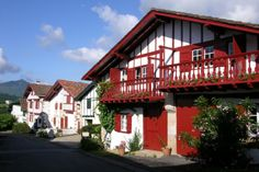ETXEBERRIA  dans Les Pyrénées Atlantiques -  Gîte pour 4 personnes avec 2 chambres à SARE,  Cote Basque A 13km de St Jean-de-Luz et 1km du bourg classé Vue montagnes A 1 km des commerces WIFI
