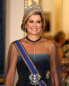 However Maxima's breathtaking tiara, named the Stuart tiara was certainly the pièce de résistance. Queen Maxima's tiara features one of the most important stones belonging to the Dutch royal family- a carat pale blue diamond. Kate Middleton Queen, Kate Middleton Photos, Estilo Real, Royal Crowns, Royal Tiaras, Looks Chic, Looks Style, Elizabeth Ii, Princess Diana Tiara