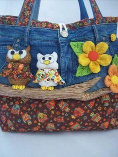 Bolsa Calça Jeans com Aplicação em 3D  Confeccionada em jeans e tecido 100% algodão. Toda estruturada. Pode ser feita em várias cores e estampas.  Uma bolsa diferente e bastante criativa. Ideal para ir ao clube,a praia, ao colégio, a faculdade, ao parque com as crianças. Dentro tem dois bolsos e um grande compartilhamento, cabendo bastante coisas.  * Sujeito a disponibilidade de tecido  * Fotos Ilustrativas R$ 120,00