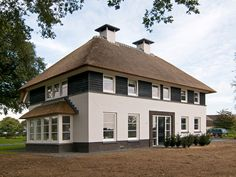 boerderij villa's - Google zoeken Modern Residential Architecture, Country Home Exteriors, Dutch House, I Love House, Thatched House, Archi Design, European House, House Landscape, Mansions Homes