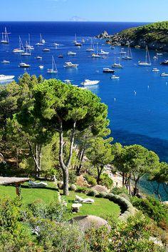 Costa del sole  (Fetovaia) Isola d'Elba . É necessário um confortável iate e companhia especial .