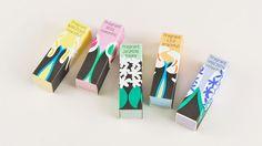 紙の小箱に入った、やさしい花の香りのサシェ(室内用芳香剤)です。クローゼットや引き出しに入れたり、室内の好きなところに飾っておたのしみください。ヒヤシンス、スイセン、ローズ、ジャスミン、ユリと5種類の花の香りからお選びいただけます。箱のデザインは、アートディレクター、デザイナーの渡邉良重さんによるもの。バラやヒヤシンスなどは大好きな花だそうで、「CACUMA」の洋服や手帳カバーのデザインでもよく使われているモチーフです。この「フレグラントボックス」のデザインにも、日々の疲れを癒し、前向きな気分で過ごしてほしいとの良重さんの想いがこめられています。渡邉良重さんが...