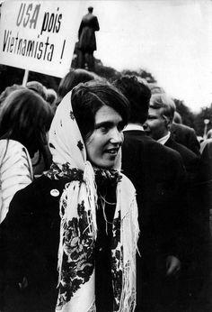 Venäläisiä kukkahuiveja näki Vietnamin sodan vastaisissa mielenosoituksissa Helsingissä 1960-luvun lopussa ja 1970-luvun alussa. Kuva Eduskuntatalon edestä.