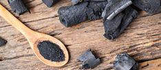 Le charbon végétal est un purifiant naturel ancestral. Il s'utilise aussi en cosmétique dans des formules maison bénéfiques pour la peau et les cheveux. Voici 5 recettes beauté faciles à réaliser, concoctées par Marie-Laure Ribes, responsable du laboratoire et de la formation chez Aroma-Zone.