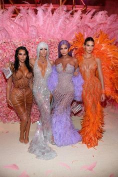 Of Course, Kim Kardashian Brought the Sexy to the Met Gala — Did You Expect Anything Less? - Kim Kardashian, Jennifer Lopez, Kylie Jenner et sa sœur Kendall - Kim Kardashian Kanye West, Estilo Kardashian, Estilo Jenner, Kardashian Style, Kardashian Jenner, Kourtney Kardashian, Kardashian Family, Kardashian Fashion, Kylie Jenner Outfits