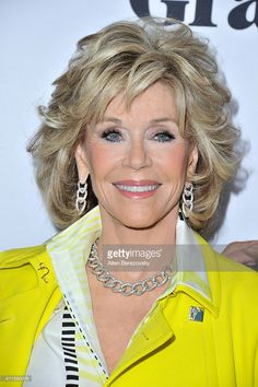 Actress Jane Fonda attends the premiere of Netflix's 'Grace and Frankie' at Regal Cinemas L. Live on April 2015 in Los Angeles, California. Jane Fonda Hairstyles, Mom Hairstyles, Pretty Hairstyles, Medium Hair Cuts, Short Hair Cuts, Medium Hair Styles, Curly Hair Styles, Layered Hair, Great Hair