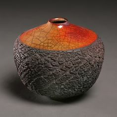 En coco de castaña. Tim Scull: Ceramic artist doing raku and saggar fired pottery