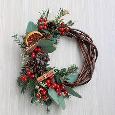 Flower Arrangement Designs, Modern Flower Arrangements, Christmas Wreaths, Christmas Decorations, Holiday Decor, Christmas Is Coming, Grapevine Wreath, Grape Vines, Lanterns