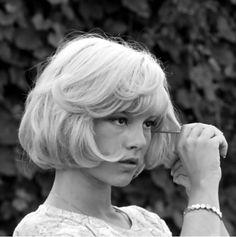 Sylvie Vartan, chanteuse yéyé, la fille moderne culte des années 60 avec Françoise Hardy (en France certes): Voir Guy Peellaert.