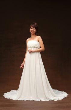 No.51-0024 落ち感のあるジョーゼットだからこそ創りだせる流れるようなエンパイアシルエット。幾種類ものビーズで仕上げたベルトがゴージャスな華やかさを演出します。オシャレな花嫁におすすめの一着です。