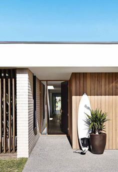 Mid-century architecture: Let's fall in love with the most amazing mid-century modern interior design projects Farnsworth House, Interior Minimalista, House Entrance, Entrance Ideas, Facade House, Beach House Decor, Home Decor, Beach House Designs, Beach Cottages