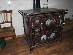 ANTIEK FORNUIS Dit doet me denken aan de keuken van mijn oma - en hoe we er het hout in mochten doen...