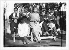 Cinco meninas tricotando, Albânia — Visualizador — Biblioteca Digital Mundial