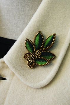 A lovely felt leaf brooch enveloped with pieces of brass zipper. The leaves have been made from striped woolly felt. I have used a forest green Zipper Bracelet, Zipper Jewelry, Fabric Jewelry, Beaded Jewelry, Zipper Flowers, Felt Flowers, Fabric Flowers, Felt Crafts, Fabric Crafts