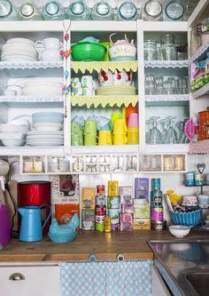 Kauniit astiat ovat keittiön koriste. Nosta upeimmat kokoelmiksi keittiön avohyllyille. Katso Unelmien Talo&Kodin iloiset ideat.