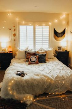 25 Cozy Bedroom Decor Ideas that Add Style & Flair to Your Home - The Trending House Cozy Bedroom, Trendy Bedroom, Bedroom Apartment, Room Decor Bedroom, Bedroom Ideas, Dorm Room, Bedroom Small, Bedroom Lighting, Bedroom Designs