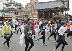 #TokyoMarathon 2016: A record 37,000 runners plan to take part in the race on February 28. The race marks its 10th anniversary this year. The race is so oversubscribed that only 10 percent of amateur runners who apply secure a place. Runners pass the Kaminarimon gate of Sensoji Temple in Asakusa in the 2015 Tokyo Marathon. | KYODO