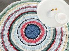 Kostenlose Häkelanleitung: Teppich aus T-Shirts und Laken häkeln / free crochet diy tutorial: how to crochet a carpet with old shirts and bed linen, upcycling via DaWanda.com Carpet Sale, Diy Carpet, Carpet Ideas, Stair Carpet, Tshirt Garn, Painting Carpet, Crochet Diy, Cheap Carpet Runners, Create And Craft