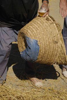 El cabàs és un estri imprescindible Straw Bag, Bags, Fashion, Handbags, Moda, Dime Bags, Fasion, Totes, Hand Bags