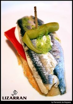 Pincho de boquerón Spanish Tapas, Spanish Food, Tapas Recipes, Appetizer Recipes, Food Photography Styling, Food Styling, Best Dishes, Portuguese Recipes, Canapes
