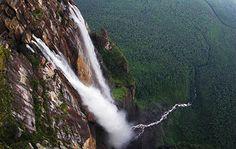 Angelfallen (Angel Falls eller Salto Ángel) ligger i Canaima nationalpark i Venezuela och är världens högsta vattenfall. Det har en sammalagd höjd på 979 m, varav det största fria fallet är 807 m högt. Eftersom vattenfallet är så högt når inte allt vatten ner till marken, utan en stor del blåser bort med vinden eller avdunstar på vägen. Angel Falls faller utför ett så kallat platåberg, eller tepui, som reser sig med branta väggar upp ur regnskogen. Dessa typer av svårklättrade berg är…