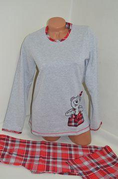 Зимна дамска пижама подплатена с финна вата от вътрешната страна. Горната част е в сив цвят, обточена на деколтето и ръкавите с червено каре и апликация в долната част. Панталонът е в червено каре, ластик и връзка на талията.