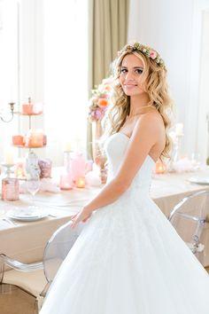 Eine wunderschöne Braut mit süßem Blumenkranz im Haar, ein toller Vintage Look für die Hochzeit.