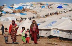 """Deslocados internos caminham em acampamento Atme, ao longo da fronteira turco-síria.  Cerca de sete milhões de sírios precisam de ajuda humanitária, informou nesta quinta-feira perante o Conselho de Segurança a encarregada de operações humanitárias da ONU Valerie Amos, protestando contra os obstáculos colocados por Damasco para a distribuição de ajuda.  """"As últimas cifras mostram que 6,8 milhões de pessoas precisam de ajuda humanitária."""
