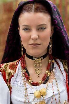 Carlo Marras Photography durante la Cavalcata Sarda del 2015 Raw Beauty, Beauty Women, Caucasian Race, Kalash People, Rome Antique, Beautiful People, Beautiful Women, Culture, Folk Costume