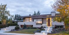 Welcome to a new collection of home designs featuring 15 Gorgeous Mid-Century Modern Home Exterior Designs. Modern Exterior, Exterior Design, Mcm House, Beautiful Home Designs, House Design Photos, House Entrance, Modern Architecture, Mid-century Modern, Modern Homes