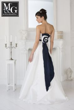 Redingote in mikado di seta con fascia e coda blu. Redingote wedding dress with blu bel - Back M&G Couture Collection Borgomanero - Really Made in Italy