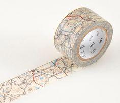 Prachtige masking tape map. 2,5 cm x 10 meter. Je kunt het voor zo veel dingen gebruiken.... o.a. voor het versieren van je kado's, post, voor het ophangen van bijvoorbeeld foto's en noem maar op. De tape is gemakkelijk met de hand te scheuren en laat geen lijmresten achter
