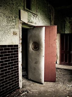 this time i don't think my name is on the door! Padded Cell by Fast Eddie 77 Haunted Asylums, Abandoned Asylums, Abandoned Places, Haunted Houses, Mental Asylum, Insane Asylum, Old Buildings, Abandoned Buildings, Scary