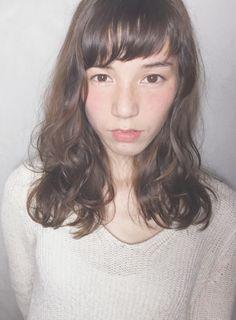 ショートバングと外国人風ウェーブパーマ(髪型ミディアム)