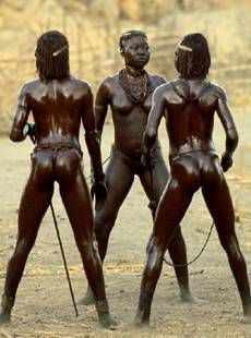 Nubian Warrior Women of Kau, also known as the South East Nuba. Nuba mountains, Sudan | Photo taken by Leni RieFenstahl in 1975.