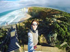 Me deparei com esta vista olhei pro horizonte e logo senti um frio na espinha senti todo meu corpo a se arrepiar. Todos uma vez na vida deveriam experimentar essa sensação. Sentir que apenas o que os olhos vêem são suficientes para abastecer a alma e restabelecer o equilíbrio. Aqui de cima na crista do mundo  o homem se curva diante a beleza da natureza. #australiagram #australia #12apostles #thegreatoceanroad #trip #goodvibes #positivevibrations by alexandre_zeglin http://ift.tt/1ijk11S