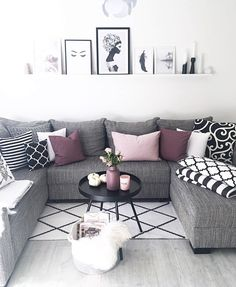 46 Cozy Living Room Ideas and Designs for 2019 When you're selecting your furniture for your cozy living room ideas, size and plushness count. Soft fabrics and lots of comfortable seating providing a warming and relaxing feel. Cozy Living Rooms, Living Room Grey, Formal Living Rooms, Home Living Room, Apartment Living, Beautiful Living Rooms, Living Room Designs, Modern Living, Small Living