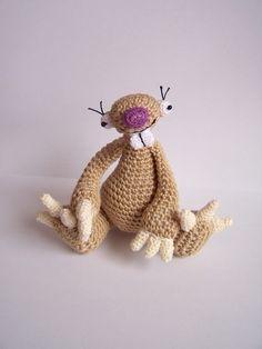 Lenochod tříprstý:) Háčkovaný lenochod,100%ba,výplň duté vlákno,výška sedícího lenochoda je 11-12 cm...