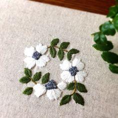 """211 likerklikk, 1 kommentarer – 刺繍☆itonohaco (@itonohaco) på Instagram: """"暑い日が続きますね ・ ファブリックパネル完成し、先ほどミンネに出品しました。 ・ 白は一色で刺しましたが、光の加減で印影が出来るのがお気に入りです。 ・ #刺繍 #embroidery…"""""""