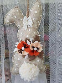 DIY Easter Bunny Door Hanger Tutorial How to DIY you Bunny with 5 minutes Wine Bottle Crafts, Mason Jar Crafts, Mason Jar Diy, Felt Crafts, Easter Crafts, Easter Wreaths Diy, Easter Dyi, Diy Easter Decorations, Bunny Crafts