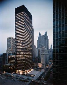 Seagram Building  375 Park Avenue, NYC  Ludwig Mies van der Rohe (Alemania 1886-1969)de la Bauhaus. Su estilo arquitectónico emplea técnicas estructurales avanzadas, y aplica el clasicismo prusiano. Realizó diseños con acero y cristal. Una de sus obras icónicas es el edificio Seagram en New York, considerado la máxima expresión del estilo internacional.#Construir es el ARTE de CReAR Infraestructura...#CReOConstrucciones y #Remodelaciones.