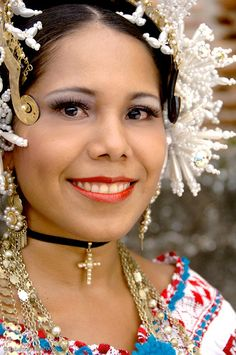 Pollera dancer - Panama. Such beautiful jewellery and accessories!