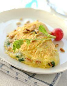 Omelett med spinat, parmesan og pinjekjerner