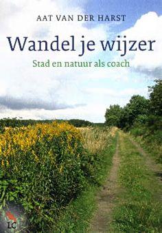 """Boek """"Wandel je wijzer"""" van Aat van der Harst   ISBN: 9789025902155, verschenen: 2013, aantal paginas: 192 #AatVanDerHarst #WandelJeWijzer #Spiritualiteit - Dit mooi geïllustreerde boek nodigt je uit om naar buiten te gaan en je te laten verrassen. Zelfinzicht met natuur en stad als spiegel, op pad met de wandelcoach..."""
