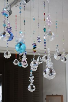 Glass Wind Chimes, Diy Wind Chimes, Suncatchers, Diy Craft Projects, Diy And Crafts, Mobiles, Sea Glass Crafts, Upcycled Home Decor, Hanging Crystals