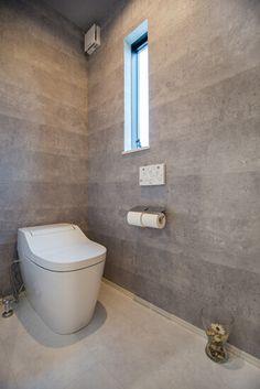 トイレはコンクリート風のクロスでクールな雰囲気に。