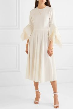Roksanda - Robe midi en crêpe et en tulle Tea Length Wedding Dress, Wedding Dresses, Figure Flattering Dresses, White By Vera Wang, After Life, Beaded Gown, Roksanda, Altar, Dress Making