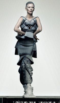 Sculptural Fashion // Grey dress and Tilda Swinton Photographer Craig McDean Another Magazine Tilda Swinton, Fashion Story, Fashion Art, Editorial Fashion, Fashion Beauty, Fashion Design, Fashion Blogs, Craig Mcdean, Tv Movie