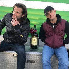 Dean et Sam Winchester Jared Padalecki et Jensen Ackles ensemble le Sam Winchester, Winchester Brothers, Castiel, Supernatural Tv Show, Crowley Spn, Supernatural Crafts, Matt Cohen, Jensen Ackles Jared Padalecki, Jared And Jensen