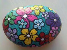 Con un poco de pintura acrílica podrás decorar todas las piedras que quieras y usarlas para obsequiar.